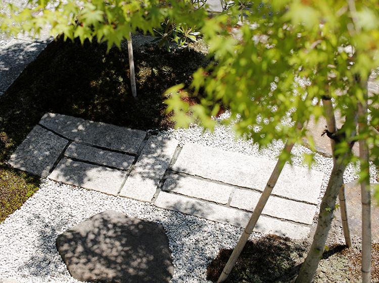 鉄平石の敷石と延べ段