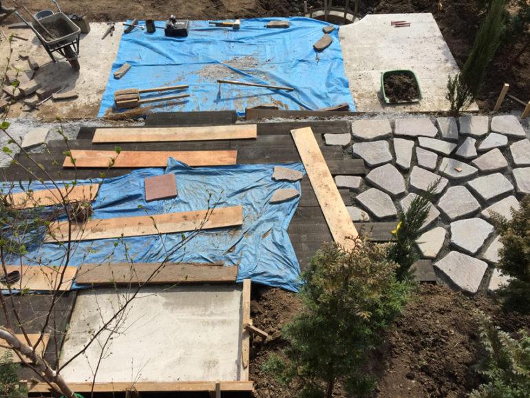 枕木、諏訪鉄平敷きのステージ施工中