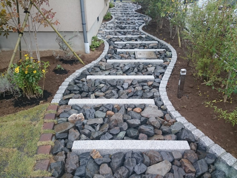 波型アプローチで植栽スペースを確保