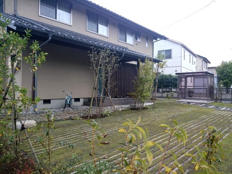雑木と芝生の広場