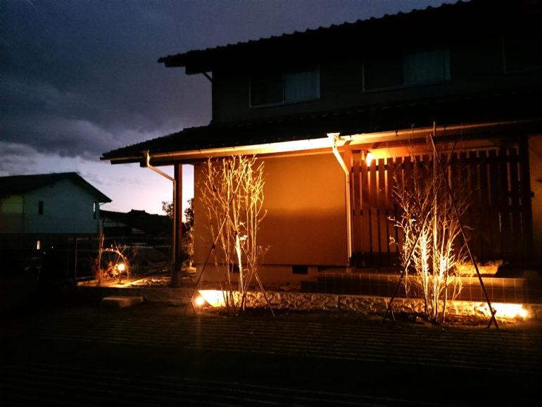 ライトアップで浮かぶ自然素材の優しさ