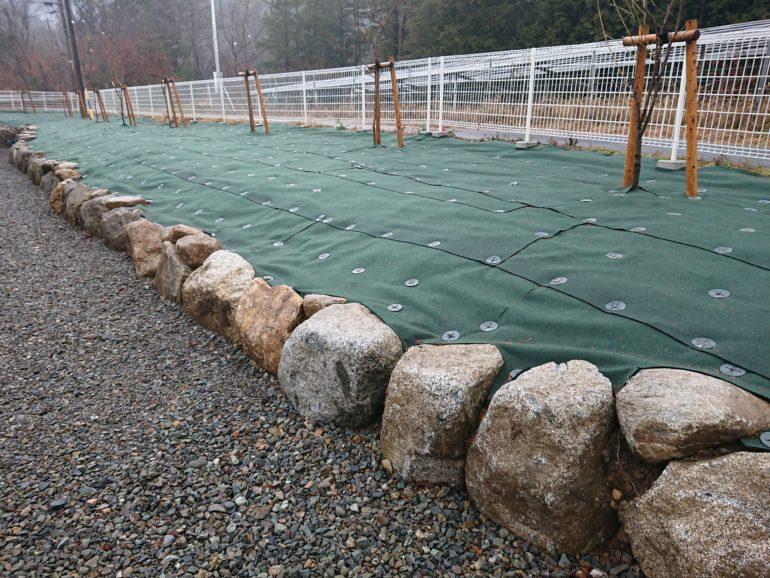 石組土留めと防草シート・フェンス囲い