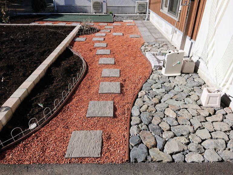 瓦チップ・ゴロタ石でつくるナチュラルアプローチ