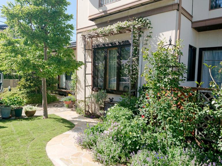 バラと宿根草をめぐるお庭