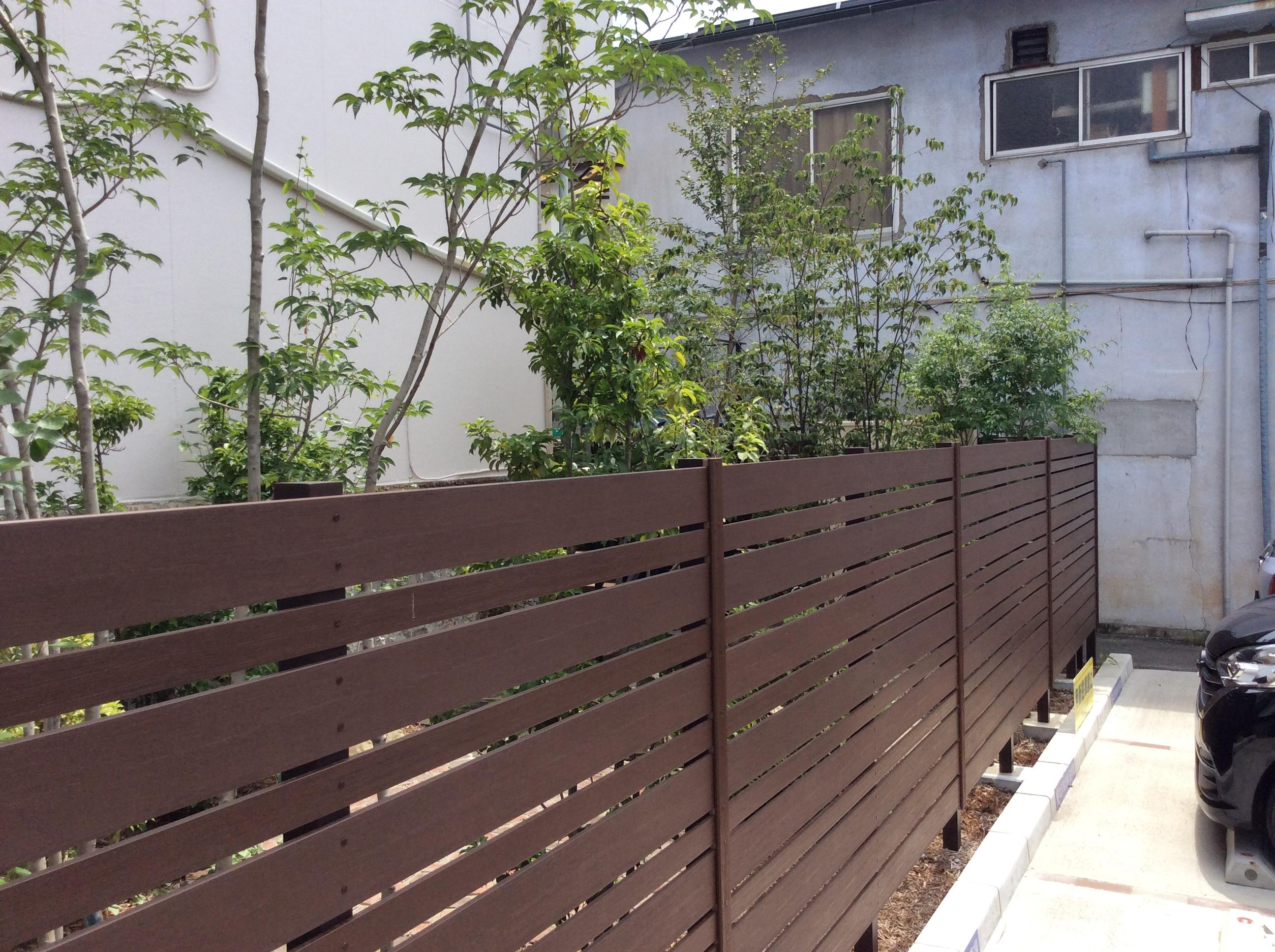 樹脂フェンスと植栽