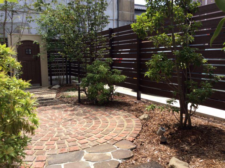 街中に造った雑木とレンガサークルのお庭