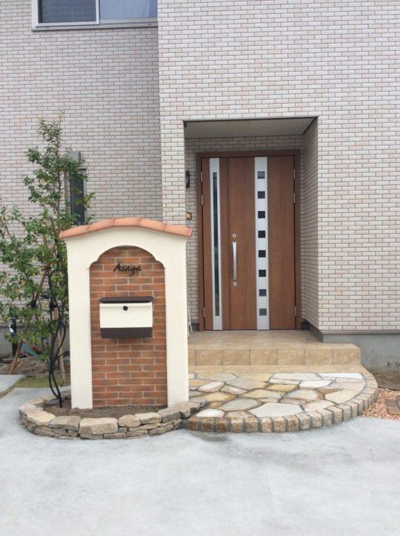 おしゃれな門柱と駐車場