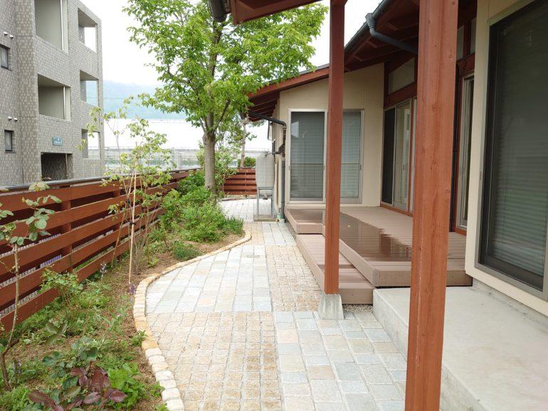 石畳とウッドデッキでローメンテナンスのお庭
