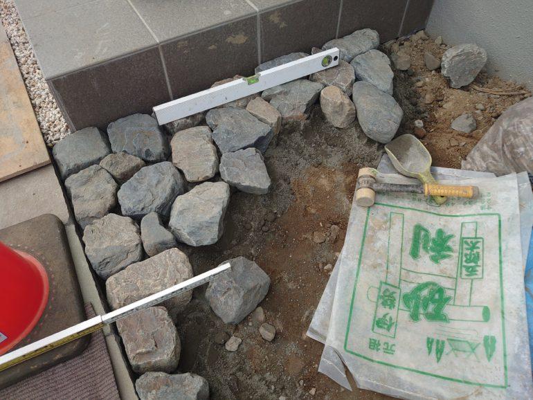 ゴロタ石舗装施工中