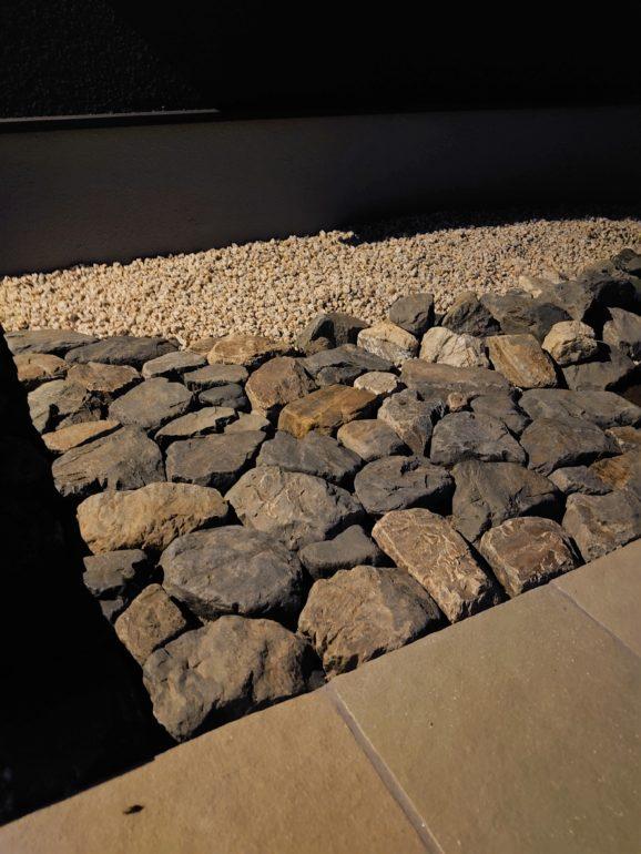 夜のゴロタ石舗装