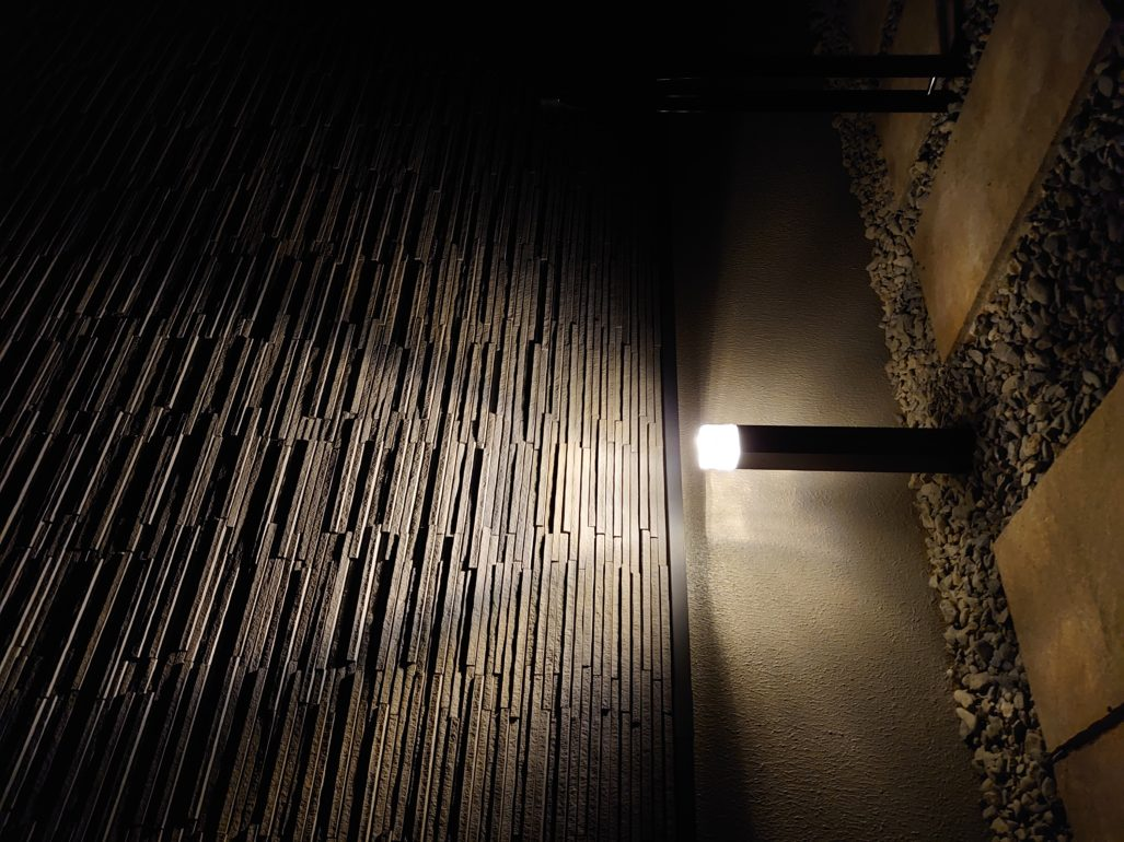 建物の外壁を照らす